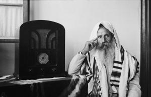 yemenite-rabbi-in-traditional-robes-everett